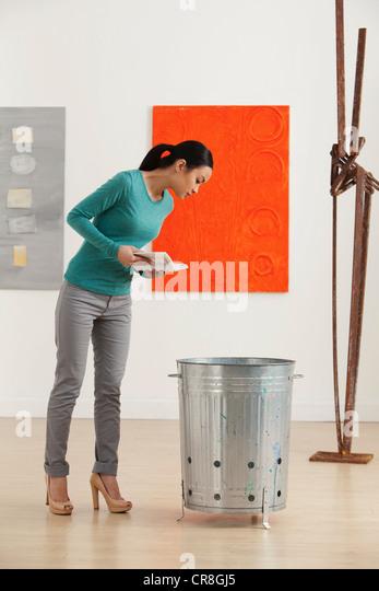 Junge Frau, die Kunstwerke in der Galerie betrachten Stockbild