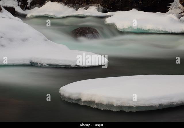 Schnee und Eis im Fluss Rauma, Tal Romsdalen, Møre Og Romsdal, Norwegen. Stockbild