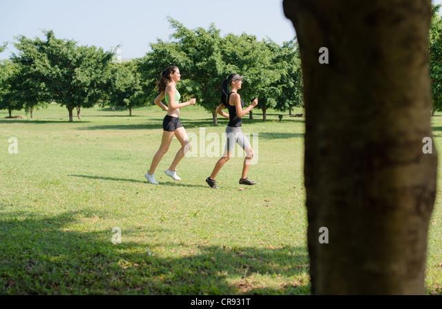Sport und Fitness mit zwei weibliche Teenager im Stadtpark trainieren Stockbild