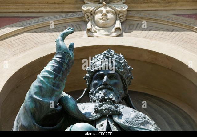 Kunstvolle Statue im Torbogen Stockbild