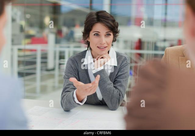Geschäftsfrau, reden bei treffen Stockbild