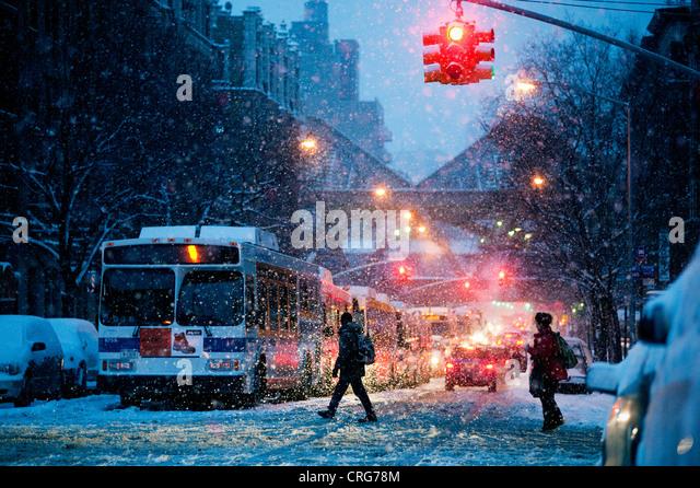 Ein Schneesturm am frühen Morgen in upper Manhattan. Stockbild