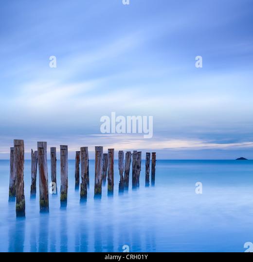 Die Überreste einer alten Steg am Strand in der Nähe von Dunedin, New Zealand, kurz vor der Morgendämmerung, Stockbild