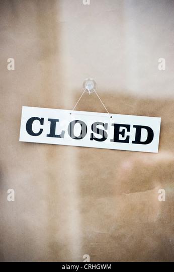 Geschlossene Schild an einer Ladentür Stockbild