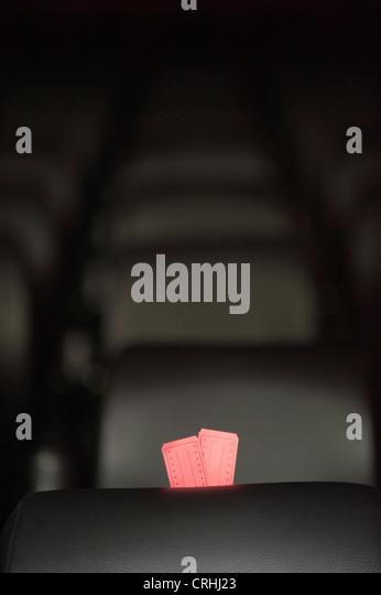 Kinokarten und leere Plätze im Kino Stockbild