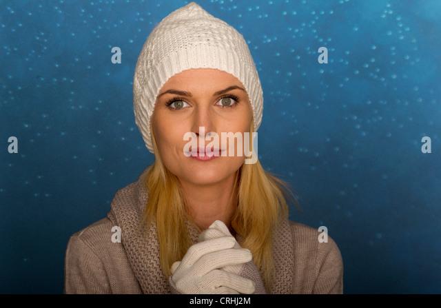 Frau trägt stricken, Mütze und Handschuhe, Porträt Stockbild