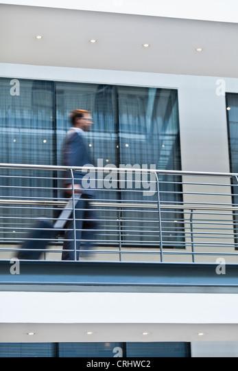 Verschwommene Sicht der Geschäftsmann auf Balkon Stockbild