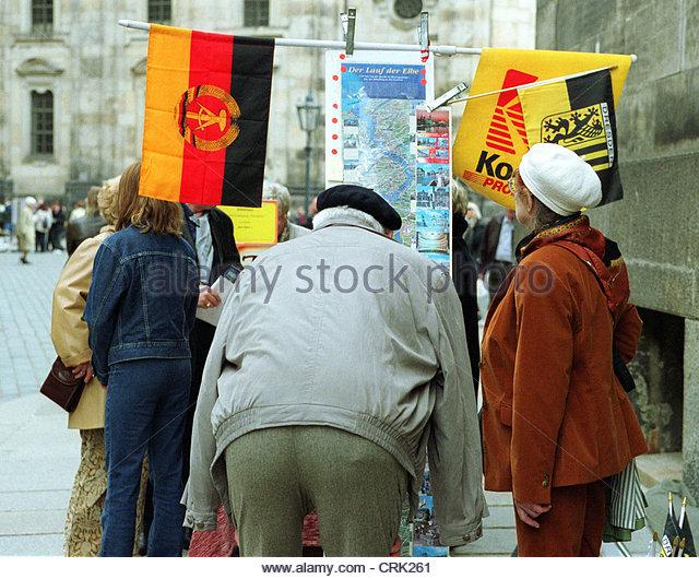 Souvenierangebote untersuchen Touristen eine Straße stehen Stockbild