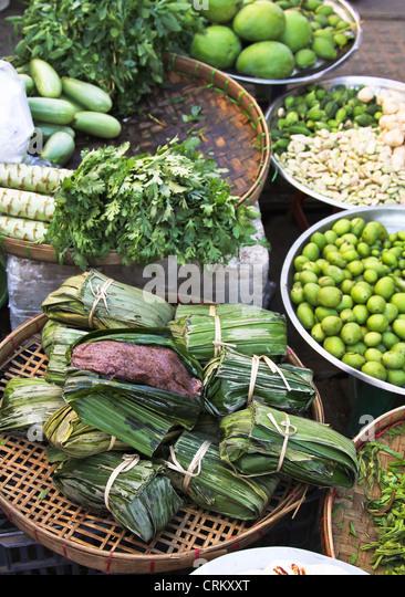 Essen und Gemüsestände in einem Markt, Yangon, Myanmar Stockbild