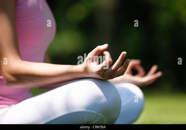 Eine junge Frau, meditieren, draußen, Nahaufnahme Stockbild
