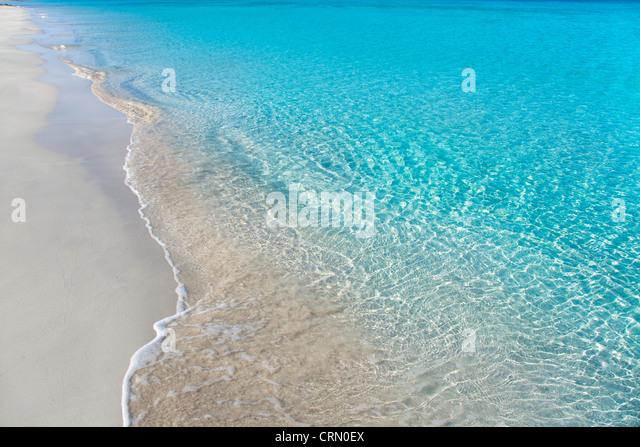 Strand mit weißem Sand und türkisfarbenem Wasser Wellen Reflexion tropischen Stockbild