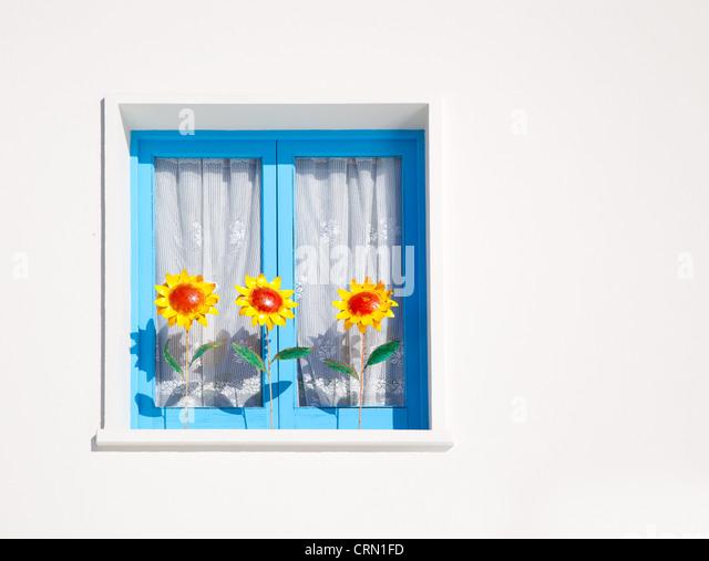 Balearen blaue Fenster mit drei Sonnenblumen Mittelmeerarchitektur detail Stockbild