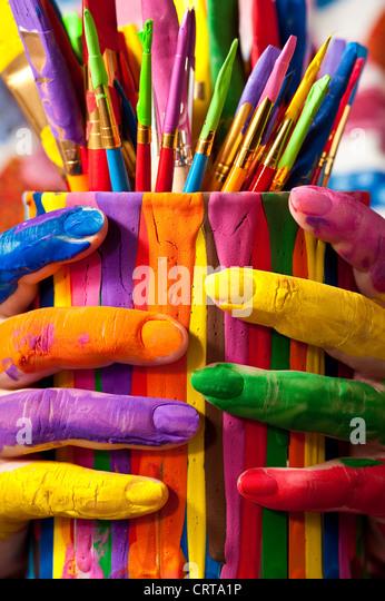 Close-up Frau mit bunten Farbe kann mit lackierten Fingern Stockbild