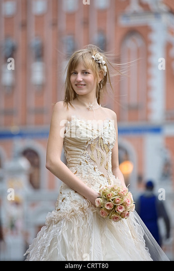 Braut mit Creme-Farbe rose bouquet Stockbild