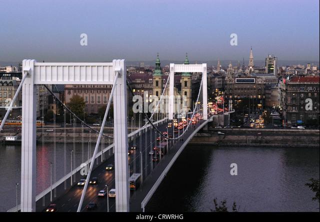 Rush Hour auf der Elisabethbruecke in Budapest Stockbild