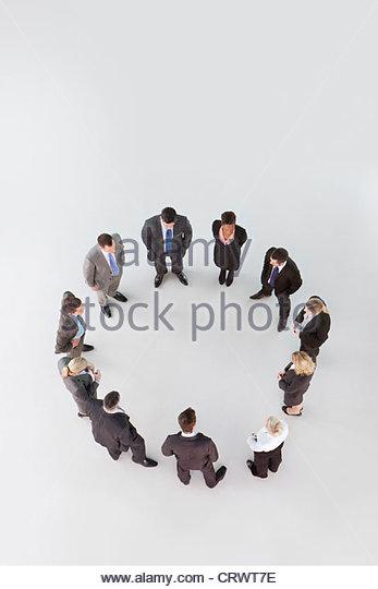 Geschäftsleute, die einen Kreis bilden Stockbild