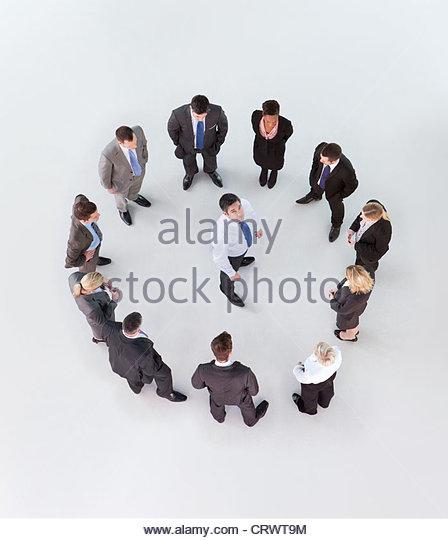 Porträt des Kaufmanns umgeben von Kreis von Geschäftsleuten Stockbild