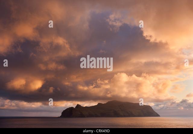 Spektakulärer Sonnenuntergang Himmel über der Insel Mykines, Färöer. Frühjahr 2012 (Mai). Stockbild