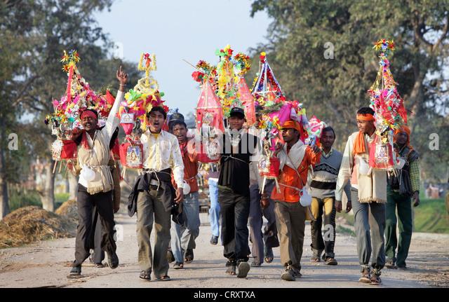 Hindus machen eine Wallfahrt zu einem ihrer heiligen Stätten. Rampur Region, Uttar Pradesh, Indien - Stock-Bilder
