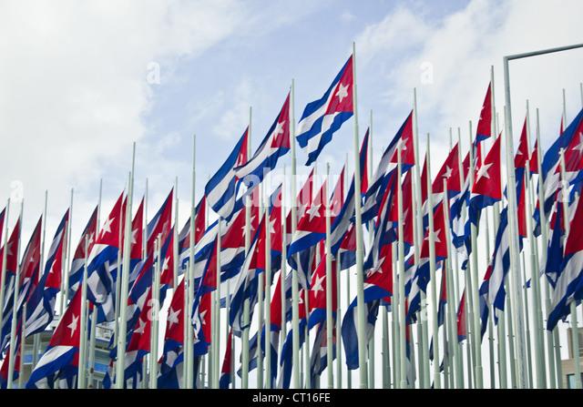 Gruppe von kubanischen Fahnen gegen blauen Himmel Stockbild
