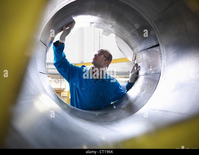 Arbeitnehmer, die Prüfung Flugzeug Maschinen Stockbild