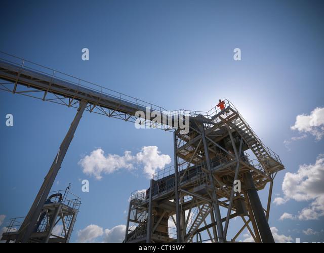 Arbeiter am Förderband im Steinbruch Stockbild