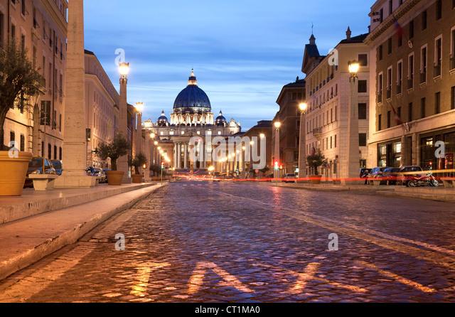 Rom bei Nacht. Italien den Petersdom in der Nacht mit Trafic. Langzeitbelichtung Stockbild