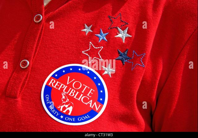 Ein rotes T-shirt Republikaner, eine Partei ein Ziel, Aufkleber abstimmen. Förderung während der 4. Juli Stockbild