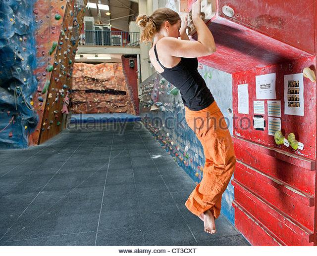 Kletterer auf indoor Wand üben Stockbild