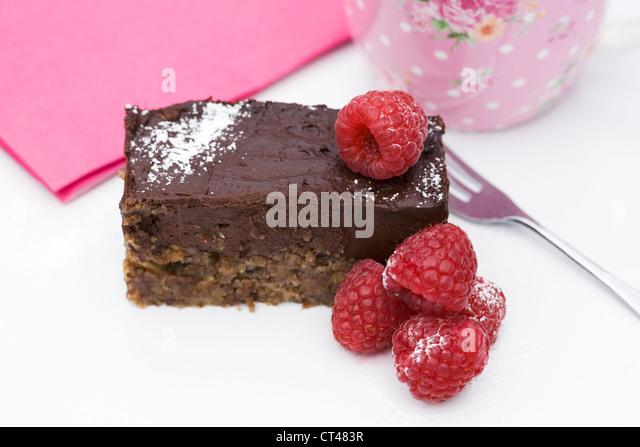 Ein Stück rohe Schokolade Tarte mit Himbeeren. Stockbild