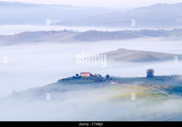 Pienza, Toskana - am frühen Morgen Neblige Sicht von Pienza in Richtung Val d ' Orcia im Mai Stockbild