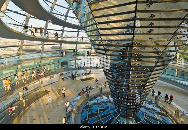 Kuppel aus Glas und Spiegelglas zentralen Trichter über dem Plenarsaal des Reichstagsgebäudes Berlin Deutschland Stockbild