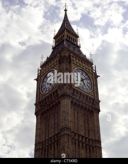 Big Ben Ziffernblatt in London mit bewölktem Himmelshintergrund Stockbild