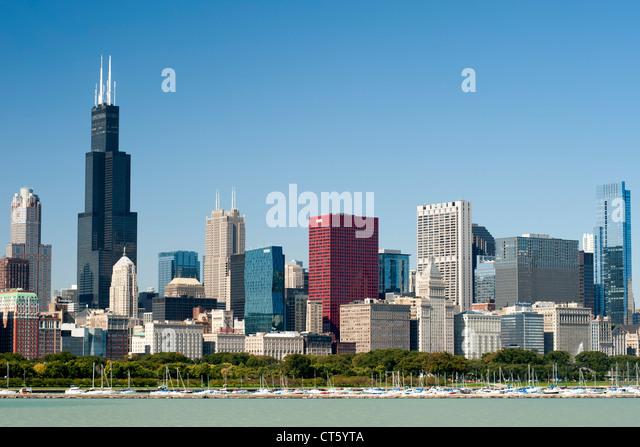 Die Skyline von Chicago mit dem Hafen von Chicago und Lake Michigan im Vordergrund. Stockbild