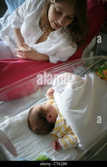 MUTTER UND NEUGEBORENES BABY Stockbild