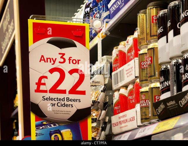 Billiges Bier bietet Zeichen in einem Tesco Supermarkt, UK Stockbild