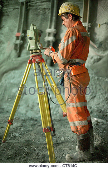 Baustelle im Gotthard-Basistunnel, ein Vermessungsingeneur bei der Arbeit Stockbild