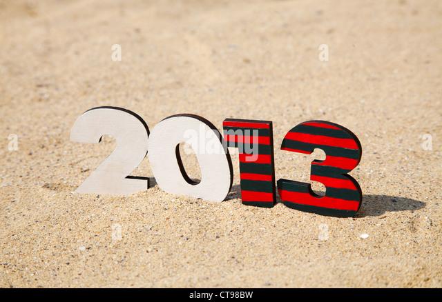 Holz 2013 Jahreszahl auf dem Sand am Strand Stockbild