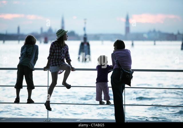 Familie am Pier in Lido di Venezia, Blick in Richtung Venedig, Veneto, Italien Stockbild