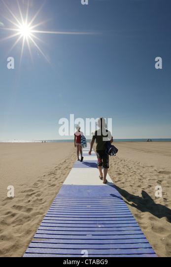 Kinder am Strand in den Morgen, Lido di Venezia, Venedig, Veneto, Italien Stockbild