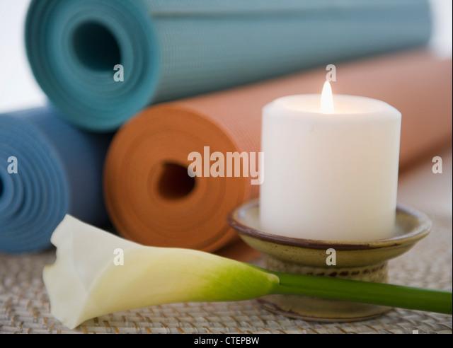 Stillleben mit Lily, Kerze und Yoga-Matten Stockbild