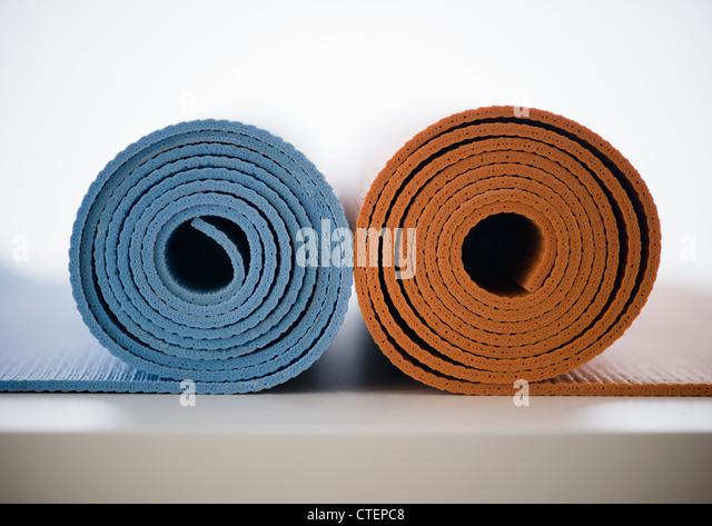 Zusammengerollt Yogamatten Stockbild
