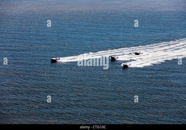 Die Niederlande, Zandvoort, Antenne, Boote racing am Meer. Stockbild