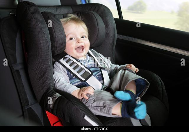Baby Junge in einem Auto-Kindersitz Stockbild