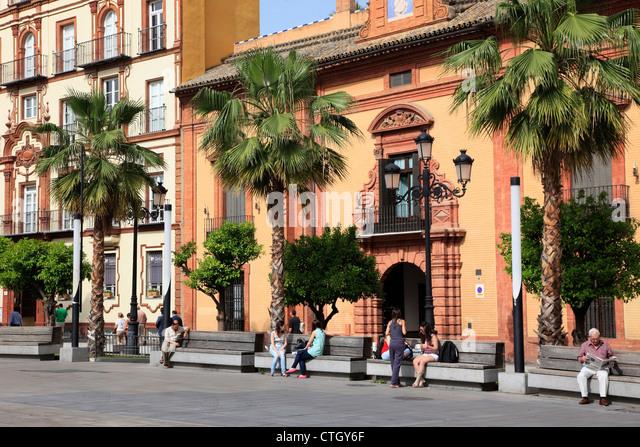 Spanien, Andalusien, Sevilla, Puerta de Jerez, Straßenszene, Menschen, Stockbild