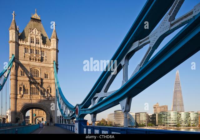England, London, Southwark, Tower Bridge und der Shard Stockbild