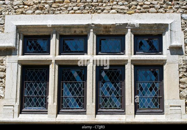 sehr alte Fenster mit Gitter und Wand Stockbild