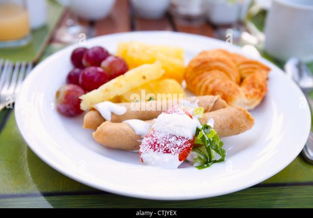 Crêpe Obst und Croissants auf einem weißen Teller; Puerto Vallarta, Mexiko Stockbild