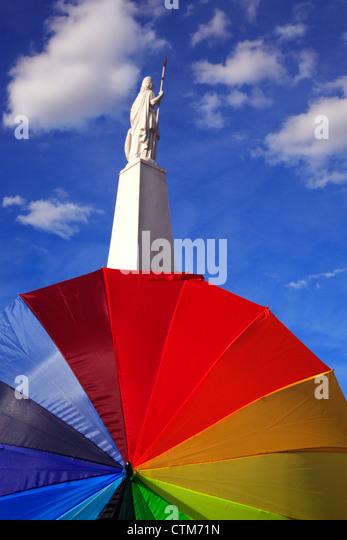 Kann während der gay-Parade-Marsch hinter einem Regenschirm-Symbol der Gleichheit, Pyramide, in kann quadratisch, Stockbild
