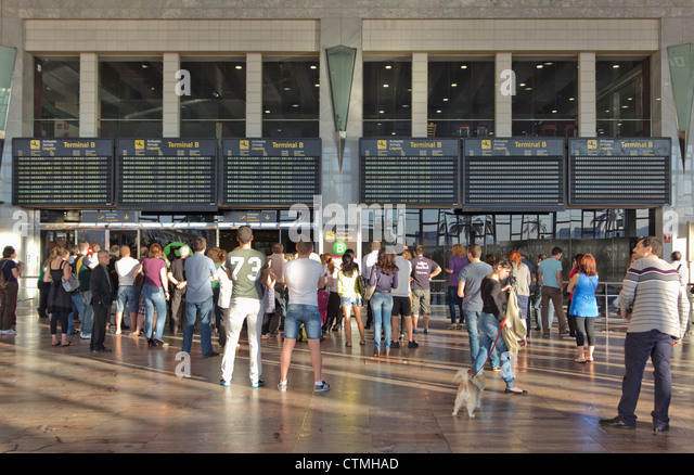 Menschen warten in der Ankunftshalle am Flughafen El Prat, Barcelona, Spanien. Stockbild